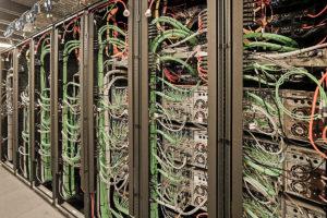 Racks voller Geräte im zentralen Technikraum von Sky