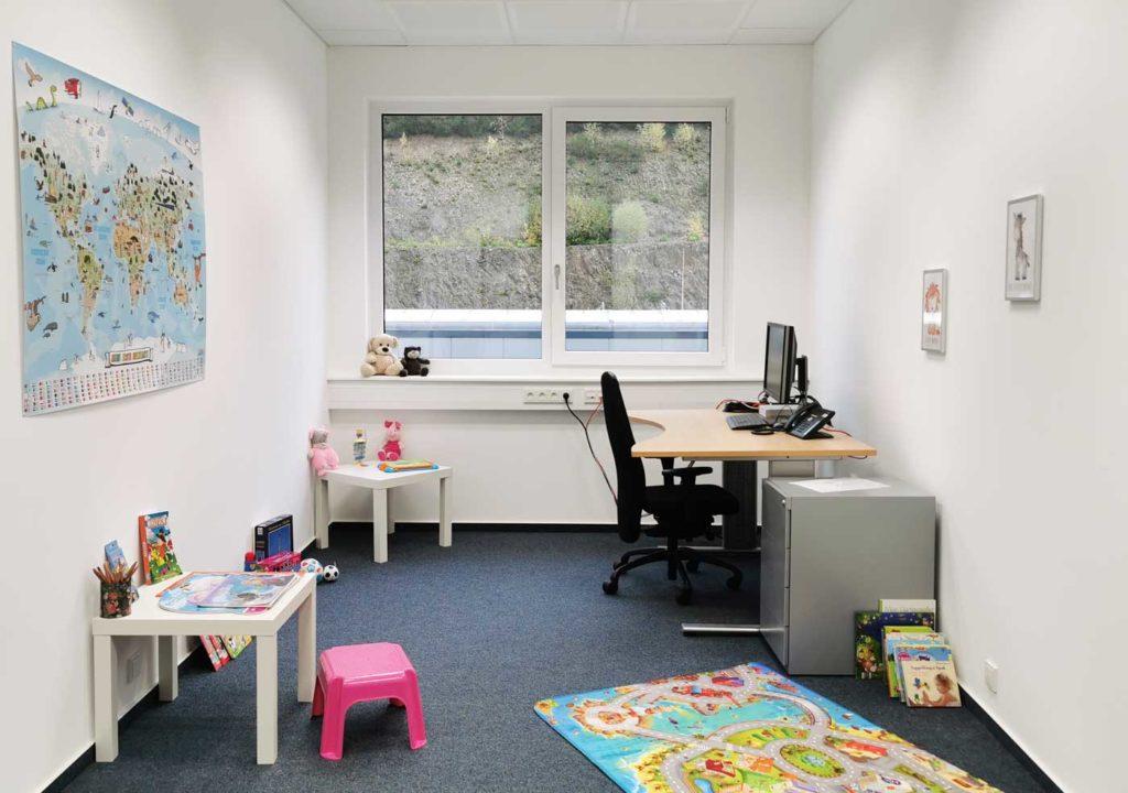G&D Familienzimmer mit Schreibtisch und Spielzeugen