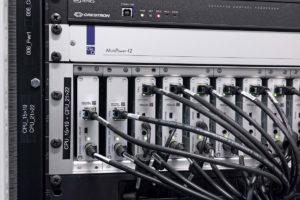 Verschiedene G&D-Geräte verkabelt in einem Rack im Technikraum der AIDAnova
