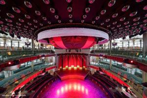 Theater mit Sitzplätzen und Bühne, Bühne in Rot gehalten