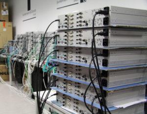 Silberne DL-Vision KVM-Extender übereinander gestapelt, verbunden mit Kabeln