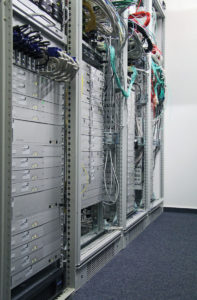Teil der großen Testumgebung: vier Server-Racks voll mit silbernen G&D-Geräten